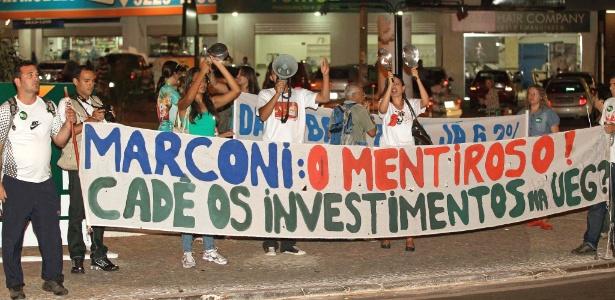 Servidores estaduais fizeram protesto em frente ao hotel da seleção em Goiânia