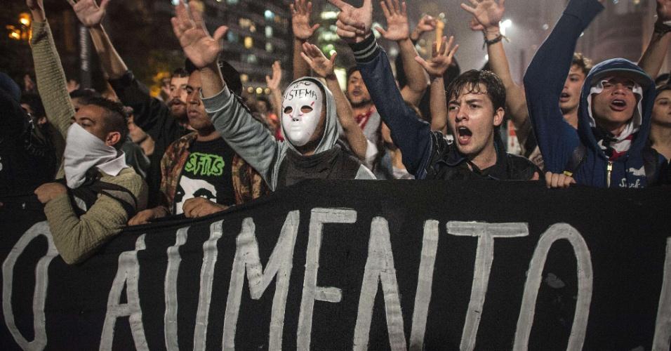 11.jun.2013 - Estudantes protestam contra aumenta da tarifa de ônibus e metrô em São Paulo (SP) durante manifestação na noite desta terça-feira na avenida Paulista, zona central da cidade. O valor da passagem aumentou de R$ 3 para R$ 3,20