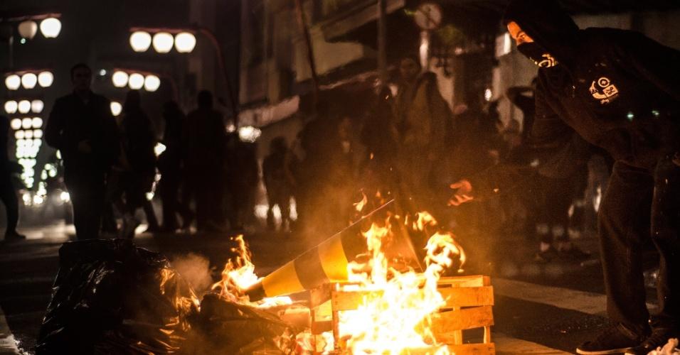 11.jun.2013 - Manifestante ateia fogo a lixo e caixas de madeira em frente ao metrô Liberdade, no bairro de mesmo nome, tradicional reduto de imigrantes orientais de São Paulo