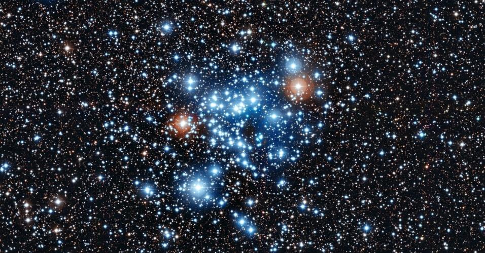"""12.jun.2013 - Astrônomos suíços descobriram uma nova classe de estrelas ao medir as pequenas alterações de brilho do aglomerado NGC 3766, localizado na constelação de Centauro, a 7.000 anos-luz de distância da Terra. Das 3.000 estrelas medidas, 36 mostraram um padrão inesperado: variações regulares do seu brilho no nível de 0,1% do normal das estrelas em períodos entre 2 e 20 horas. De acordo com o Observatório Europeu do Sul (ESO, na sigla em inglês), essas novas estrelas, que ainda não ganharam um nome, são ligeiramente mais quentes e mais brilhantes que o nosso Sol. A rotação muito rápida das estrelas pode explicar essa variação no brilho que não é prevista nas teorias - elas giram na metade da velocidade crítica, limite para elas não se tornarem estáveis e arremessarem matéria no espaço. """"Os modelos teóricos prevê que a luz [das estrelas] não pode variar periodicamente, por isso, estamos focados em descobrir mais do comportamento dessa nova classe de estrelas"""", explica Sophie Saesen, do do Observatório de Genebra, que fez as observações com o telescópio Leonhard Euler, do Observatório La Silla, no Chile"""