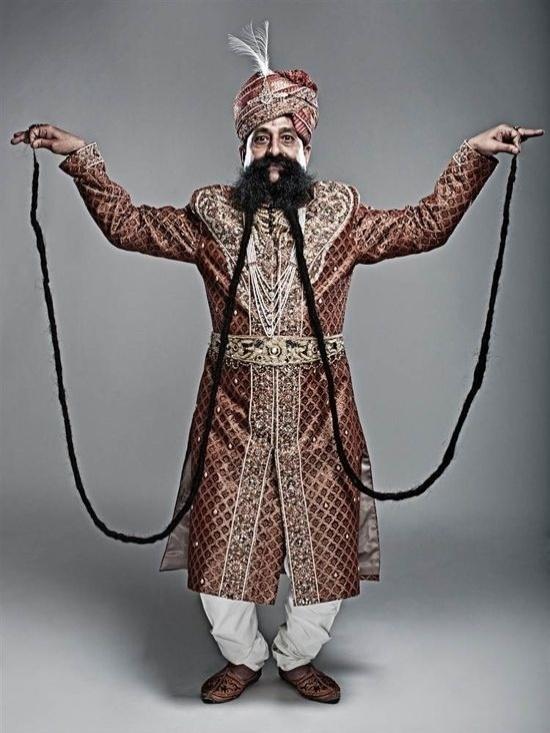 """12.jun.2013 - O indiano Ram Singh Chauhan, 58, entrou para o Guiness - O Livro dos Recordes, em 2010, graças ao seu bigode gigante, que media 4,29m. Em 2012, ele bateu o próprio recorde após o comprimento chegar a 4,30m. Ele não corta o bigode desde 1982 e justifica o crescimento de apenas 1cm em três anos: """"À medida que você envelhece seus hormônios ficam fracos, então a velocidade [de crescimento da barba] diminui"""", disse Chauhan"""