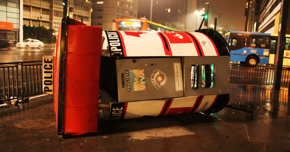 12.jun.2013 - Posto da polícia, na avenida Paulista, fica tombado após o terceiro protesto pela redução da tarifa de ônibus, na noite desta terça-feira (11)