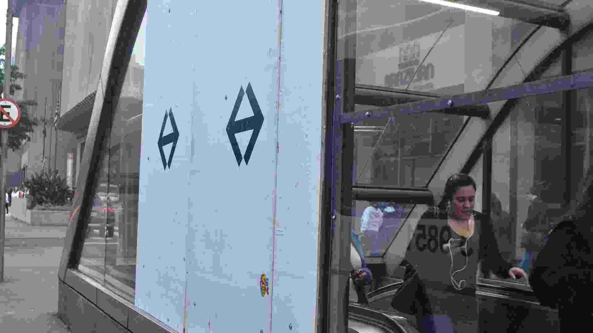 12.jun.2013 - Tapumes cobrem o local onde vidros foram quebrados na estação Trianon Masp do Metrô, na avenida Paulista, em São Paulo, na manhã desta quarta-feira (12), após o terceiro protesto pela redução da tarifa de ônibus, na noite desta terça-feira (11) - Alexandre Moreira/Brazil Photo Press/Estadão Conteúdo