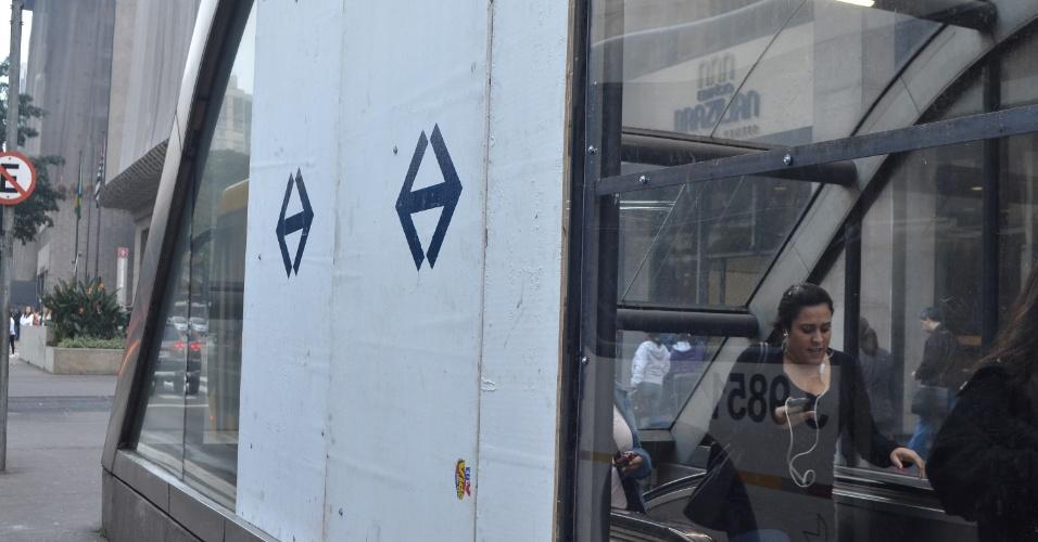 12.jun.2013 - Tapumes cobrem o local onde vidros foram quebrados na estação Trianon Masp do Metrô, na avenida Paulista, em São Paulo, na manhã desta quarta-feira (12), após o terceiro protesto pela redução da tarifa de ônibus, na noite desta terça-feira (11)