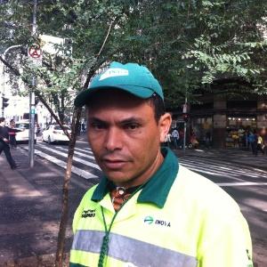O gari Célio Ferreira, 35, que deixa de se alimentar e comprar água para pagar a nova tarifa dos transportes - Gil Alessi/UOL