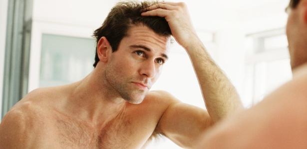 A alopecia androgenética de padrão masculino, por exemplo, provoca a queda nas entradas e no vértex parte superior da cabeça, região apelidada como cocoruto - Thinkstock