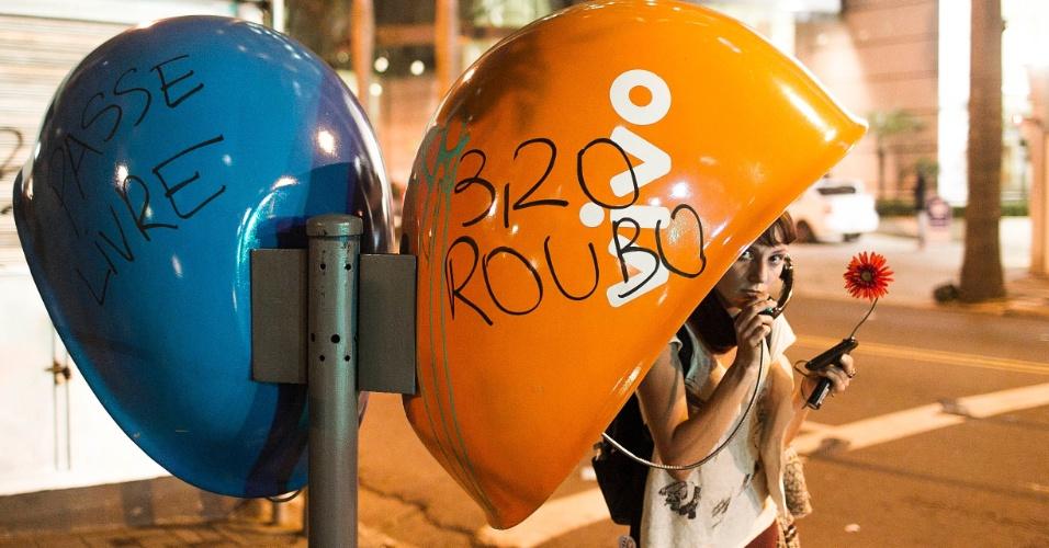 13.jun.2013 - Manifestantes picham orelhão durante quarto ato contra o aumento da tarifa do transporte coletivo realizado pelas ruas da região central de São Paulo