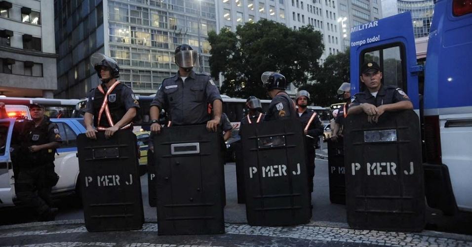 13.jun.2013 - No Rio de Janeiro, 220 PMs foram mobilizados para acompanhar o quarto protesto contra o aumento da tarifa de ônibus na cidade, que reúne cerca de mil manifestantes em marcha até a Cinelândia. A tarifa passou de R$ 2,75 para R$ 2,95 no último dia 1º