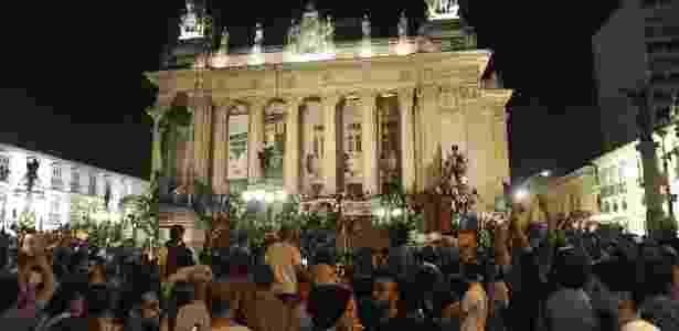 13.jun.2013 - Manifestantes ocupam escadas do Palácio Tiradentes, sede da Assembleia Legislativa do Rio - Fabio Teixeira/UOL