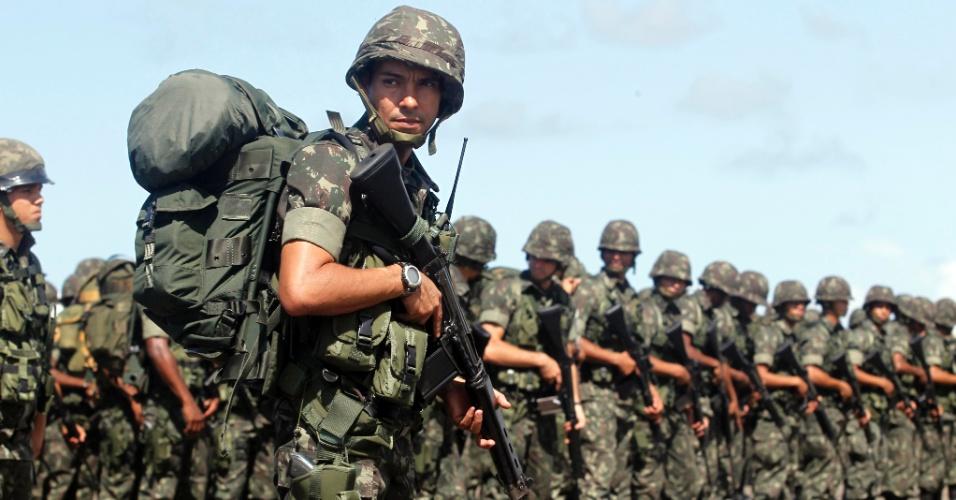 13.jun.2013 - Os 1.500 militares do Exército Brasileiro que participarão do esquema de segurança em Salvador durante a realização da Copa das Confederações foram apresentados nesta quinta-feira (13)