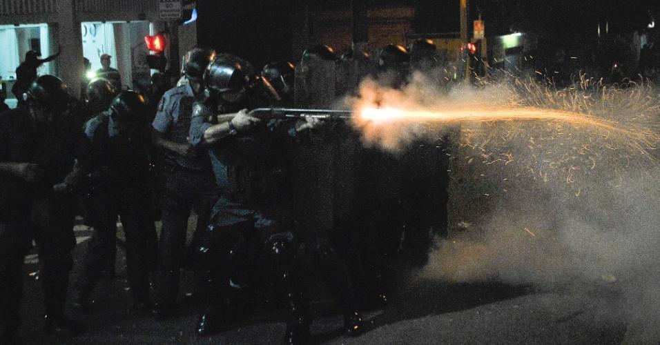 13.jun.2013 - Em São Paulo, policiais e manifestantes entram em confronto na rua da Consolação, no centro da cidade, durante protesto contra o aumento da tarifa do transporte coletivo