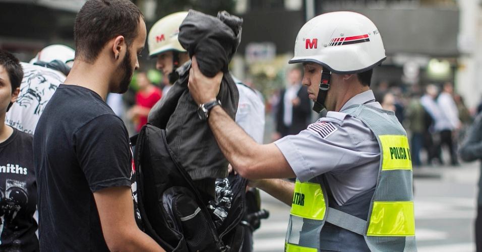 13.jun.2013 - Policiais revistam manifestante durante concentração para protesto contra o aumento da tarifa do transporte público em São Paulo, em frente ao Theatro Municipal, no centro da capital