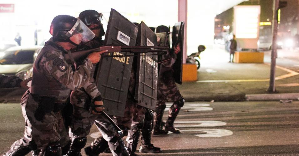 13.jun.2013 - Policiais se confrontam com manifestantes durante quarto ato  contra o aumento da tarifa do transporte coletivo realizado pelas ruas da região central de São Paulo
