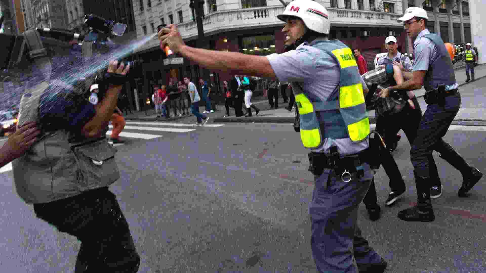 13.jun.2013 - Em São Paulo, policial militar atinge cinegrafista com spray de pimenta durante protesto contra o aumento da tarifa do transporte coletivo, em frente ao Theatro Municipal, no centro da capital. Mais de 40 manifestantes foram detidos pela polícia - Rodrigo Paiva/Estadão Conteúdo