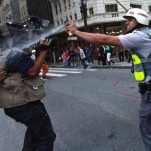 Em São Paulo, policial militar atinge cinegrafista com spray de pimenta durante protesto contra o aumento da tarifa do transporte coletivo nesta quinta (13), em frente ao Theatro Municipal, no centro da capital