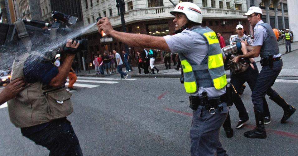 13.jun.2013 - Em São Paulo, policial militar atinge cinegrafista com spray de pimenta durante protesto contra o aumento da tarifa do transporte coletivo, em frente ao Theatro Municipal, no centro da capital. Mais de 40 manifestantes foram detidos pela polícia