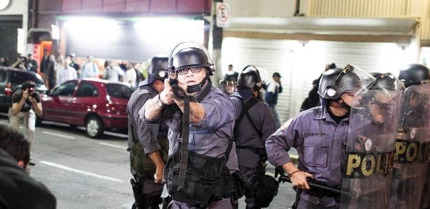 Policial se prepara para atirar contra manifestantes durante protesto no centro de SP