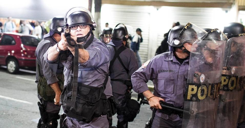 13.jun.2013 - Policial se prepara para atirar contra manifestantes durante protesto contra o aumento da tarifa do transporte coletivo realizado pelas ruas da região central de São Paulo