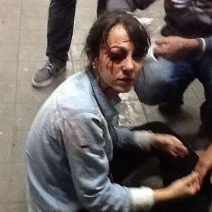 Imagem reproduzida da página do Estadão mostra a repórter logo após ter sido atingida