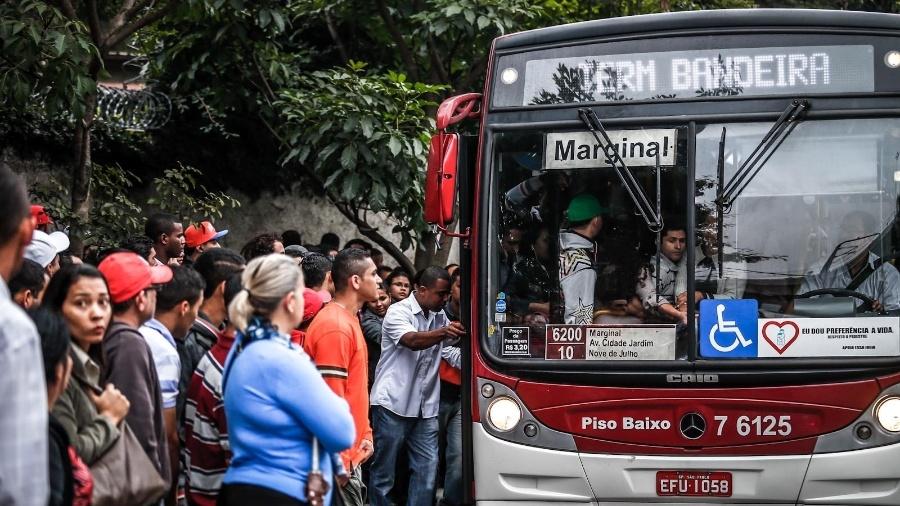 Empresas de ônibus alegam que Uber tem roubado seus passageiros - Leandro Moraes/UOL