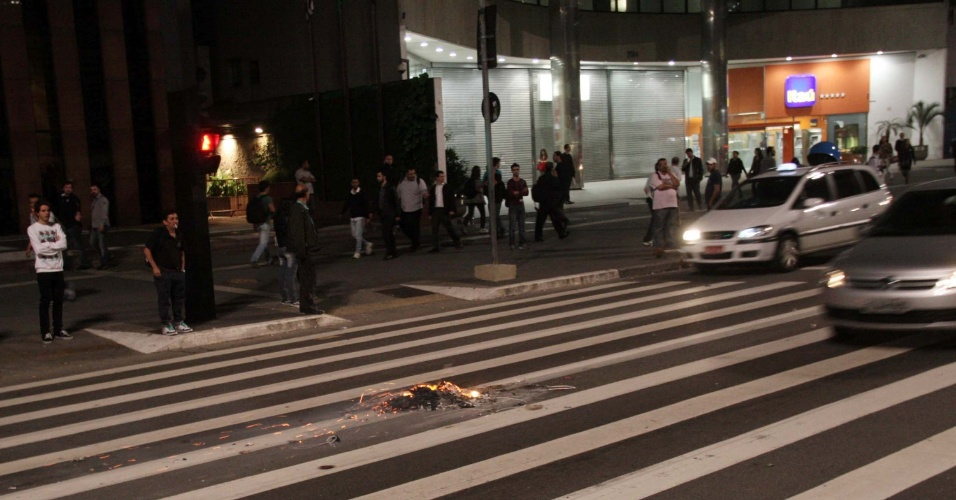 6.jun.2013 - Resto de material queimado por manifestantes após protesto contra o aumento da tarifa de ônibus de R$ 3 para 3,20