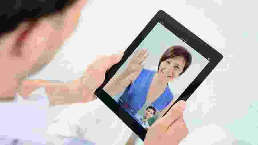 Homem fazendo videoconferência pelo tablet - Getty Images
