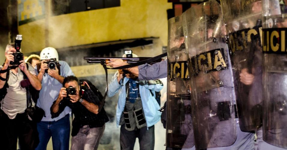 13.jun.2013 - Jornalistas e repórteres fotográficos registram ação dos policiais em repressão a manifestação em São Paulo