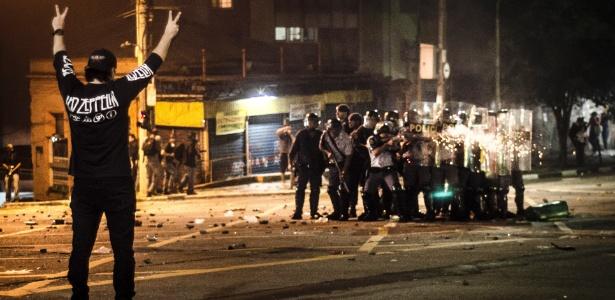 Manifestante sozinho observa policiais atirando bombas e balas de borracha contra as pessoas no cruzamento das ruas da Consolação e Caio Prado, no centro de São Paulo - Gustavo Basso/UOL