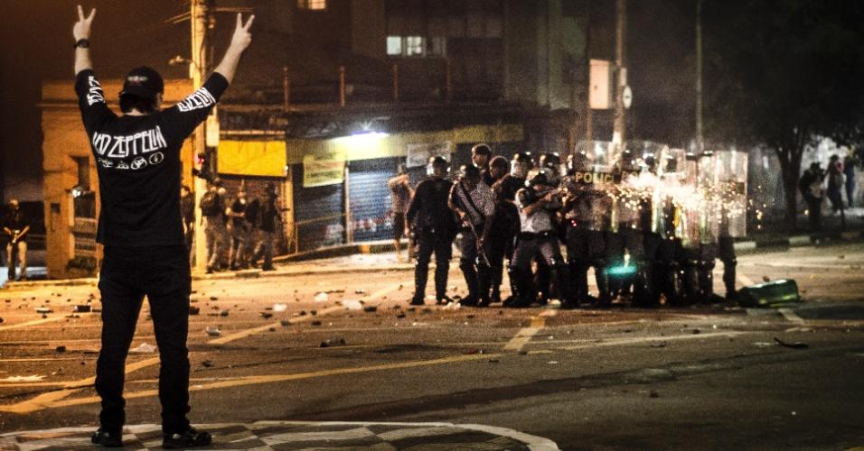 13.jun.2013 - Manifestante sozinho observa policiais atirando bombas e balas de borracha contra as pessoas no cruzamento das ruas da Consolação e Caio Prado, no centro de São Paulo