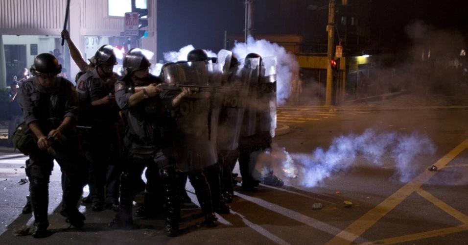 13.jun.2013 - Polícia Militar avança para conter manifestantes durante protestos contra o aumento da tarifa de ônibus em São Paulo. A Secretaria de Estado da Segurança Pública vai investigar supostos abusos por parte dos policiais durante o protesto