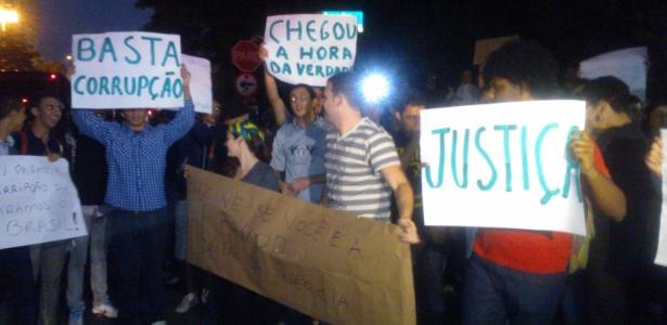 Cerca de 200 manifestantes fazem novo protesto na região da avenida Berrini, zona sul de SP, nesta sexta - Marivaldo Carvalho/UOL