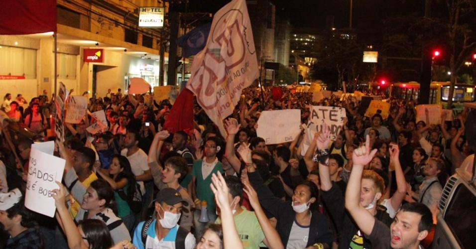 14.jun.2013 - Manifestantes protestam contra o aumento da tarifa de ônibus na cidade de Niterói, nesta sexta-feira. O valor da passagem subiu de R$ 2,75 para R$ 2,95. O protesto começou na praça Araribóia, em frente a saída das barcas