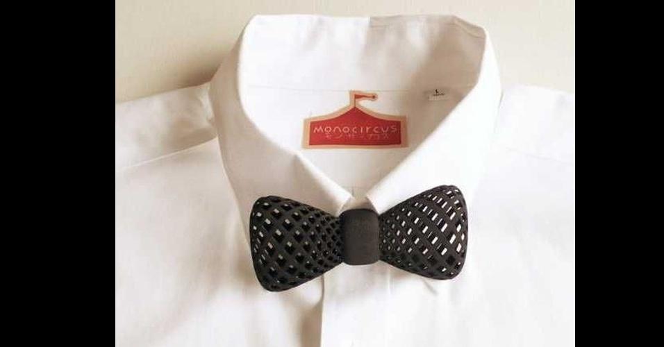 Os designers da empresa Monocircus criaram uma gravata borboleta que pode ser produzida por uma impressora 3D. O acessório possui um compartimento para que ele seja preso no botão da camisa. O produto está disponível para compra por US$ 113 (cerca de RS$ 226)
