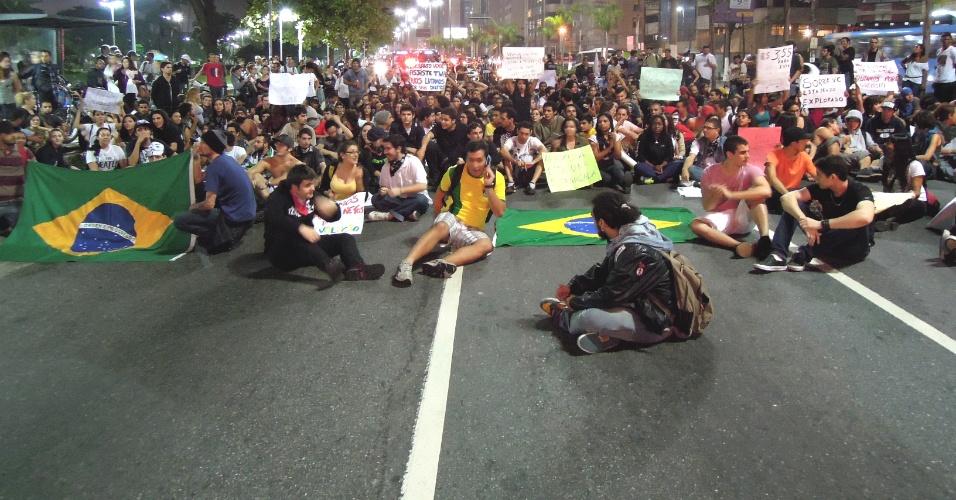 15.jun.2013 - Grupo de cerca de 400 pessoas fecha avenida da orla de Santos, na noite desta sexta-feira (14), em protesto contra o valor da tarifa de transporte