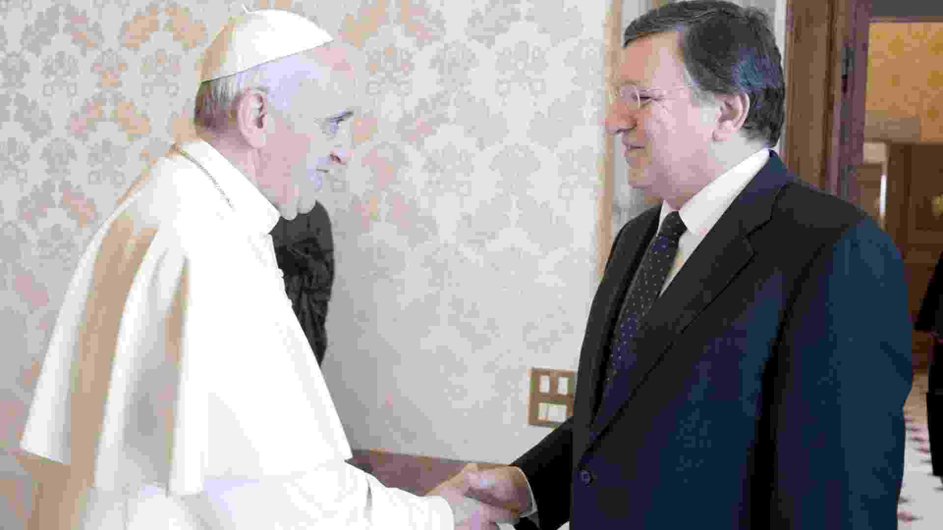 """15.jun.2013 - O papa Francisco se reuniu neste sábado (15) com o presidente da Comissão Europeia, o português José Manuel Durão Barroso, no Vaticano. Os dois, que conversaram a sós durante 15 minutos na biblioteca, dispensaram intérpretes após uma brincadeira do pontífice argentino: """"Na minha terra, dizemos que o português é um espanhol mal falado"""" - L'osservatore Romano/EPA/Efe"""