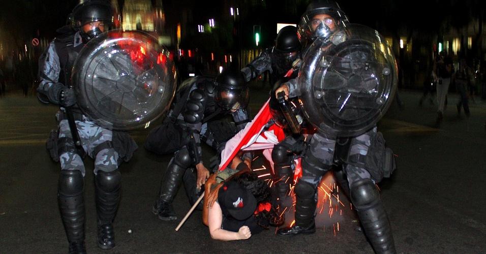 15.jun.2013 - Policiais contêm manifestação no Rio na última quinta-feira (13) contra o aumento na tarifa do transporte coletivo. A cena foi retratada por Thiago Lara, que participou da campanha publicitária do Bilhete Único, durante a campanha de Eduardo Paes, e agora apoia os protestos