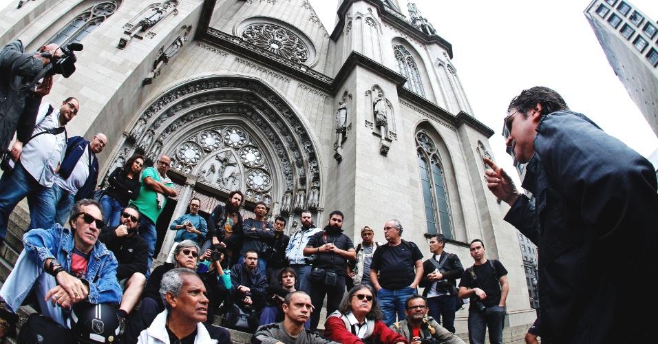 16.jun.2013 - Fotógrafos realizaram um protesto na manhã deste domingo (16), na catedral da Sé, centro de São Paulo, contra a violência da Polícia Militar contra jornalistas que cobriam os últimos protestos em São Paulo contra o aumento da tarifa do transporte. Ao menos sete repórteres da