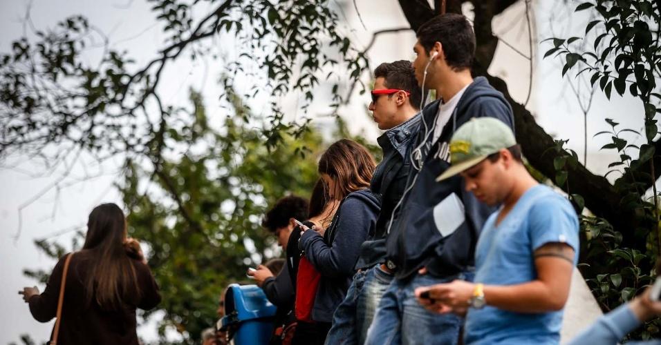 Candidatos aguardam o início das provas do vestibular 2013 de inverno da PUC-SP (Pontifícia Universidade Católica de São Paulo) na manhã deste domingo (16). A partir das 14h, o UOL terá a correção online feita pelos professores do Curso e Colégio Objetivo. No total, são oferecidas 2.028 vagas, sendo 940 para a PUC-SP, 30 para a FASM (Faculdade Santa Marcelina), 408 para a FRB (Faculdades Integradas Rio Branco) e 650 para a Unifai (Centro Universitário Assunção)