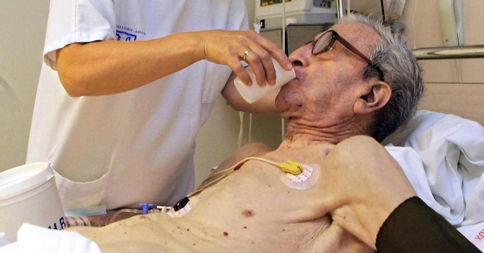 17.jun.2013 - 2003 - Enfermeira ajuda paciente a tomar um copo d'água na emergência de um hospital em Bordeaux, na França. As fortes ondas de calor levaram à morte cerca de 20 mil pessoas na Europa, além de provocar perdas de mais de US$ 10 bilhões no setor agrícola do continente