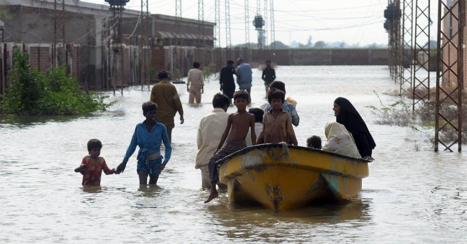 17.jun.2013 - 2010 e 2011 - Por dois anos seguidos, a população do Paquistão sofreu com as enchentes. As chuvas destruíram cerca de 73% dos cultivos e 67% do estoque de comida entre agosto e setembro de 2011,segundo o governo