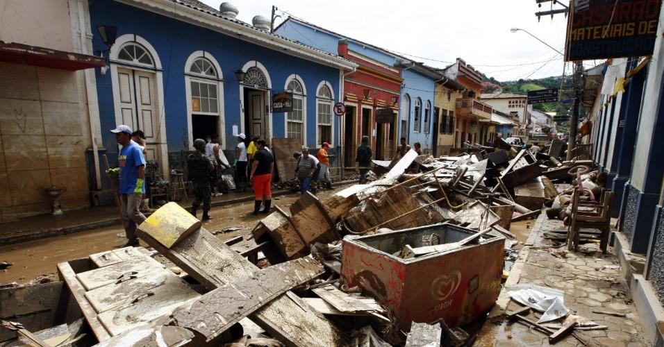 17.jun.2013 - 2010: Moradores de São Luiz do Paraitinga, no interior de São Paulo, limpam as ruas centrais da cidade histórica após chuvas devastarem  no começo do ano