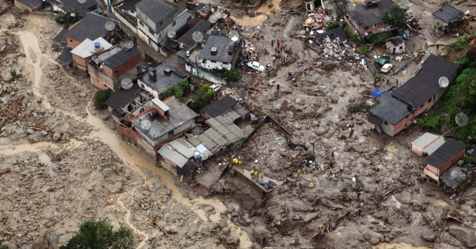 17.jun.2013 - 2011 - Corpos ficam amontoados em laje de casa destruída pelas enchentes na região serrana do Rio de Janeiro. Chuvas deixaram mais de 600 mortos em janeiro de 2011