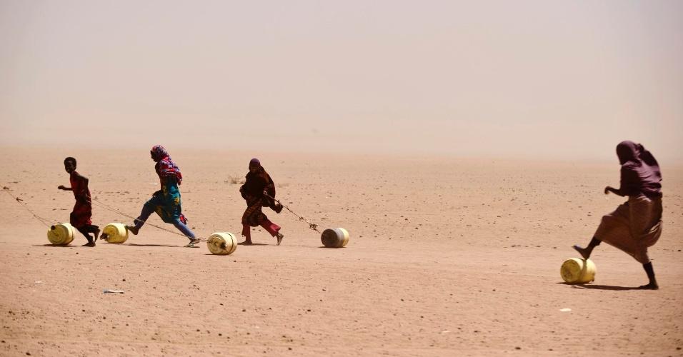 17.jun.2013 - 2011  - Pessoas arrastam latões para pegar água em Wajir, província do Quênia. Países do Leste da África, incluindo o Quênia e a Etiópia, foram atingidos por anos de seca severa. A ONU (Organização das Nações Unidas) diz que regiões do Sul da Somália estão sofrendo a pior fome em 20 anos, com 3,7 milhões de famintos