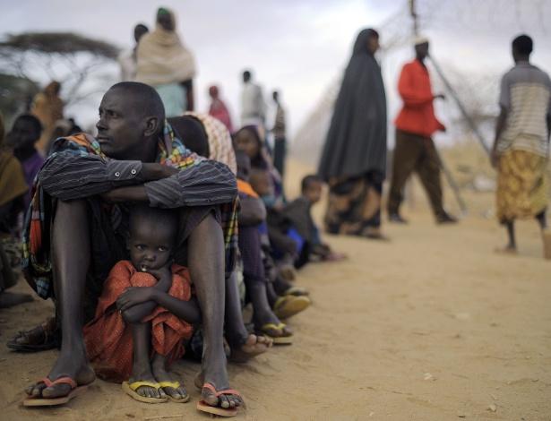 Pai e filha aguardam em campo de refugiados na fronteira com o Quênia (arquivo)