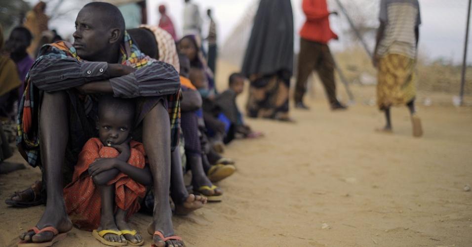 17.jun.2013 - 2011: Pai e filha que vieram da Somália esperam sentados em um campo de refugiados na fronteira com o Quênia. A dura seca na África aumentou o número de refugiados no Quênia