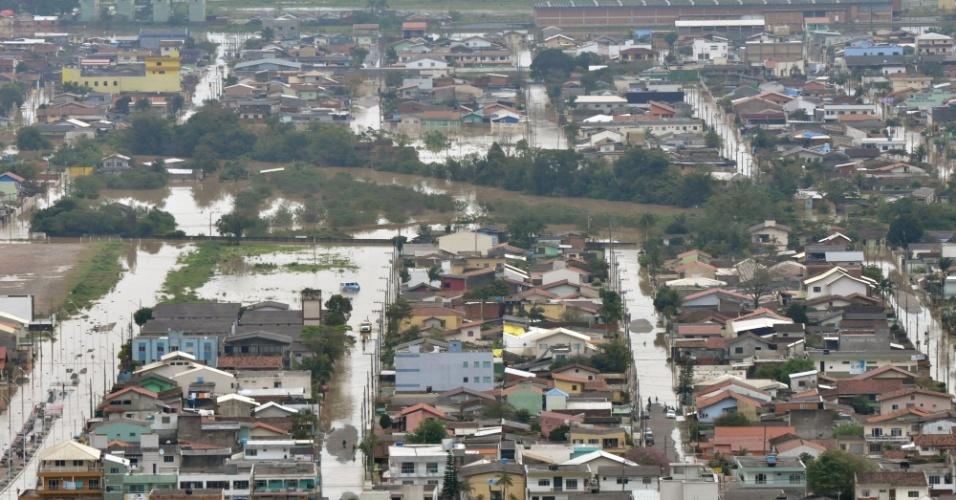 17.jun.2013 - 2011: Quase 1 milhão de moradores de 96 municípios de Santa Catarina passaram por alguma dificuldade causada pelas enchentes no Estado, segundo a Defesa Civil. Acima, bairro da cidade de Itajaí fica alagado após cheia do rio Itajaí-Açu