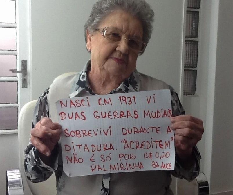 17.jun.2013 - A cozinheira e apresentadora de TV Palmirinha Onofre publicou uma foto em sua página do Facebook nesta segunda-feira (17) em que segura um cartaz com mensagem que mostra seu apoio aos protestos contra o aumento da tarifa do transporte público em São Paulo