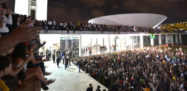 Em Brasília, após serem contidos por um cordão de isolamento da Polícia Militar, manifestantes conseguiram furar o bloqueio e invadiram a área externa do Congresso Nacional