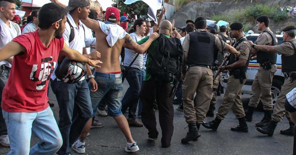 17.jun.2013 - Embora tenha ocorrido de forma pacífica durante boa parte do tempo, a manifestação iniciada no começo da tarde desta segunda-feira pelas ruas de Belo Horizonte (MG) foi marcada por um tumulto generalizado, com a Polícia Militar usando bombas de gás lacrimogênio e balas de borracha para conter os manifestantes, que reagiram atirando pedras nos policiais