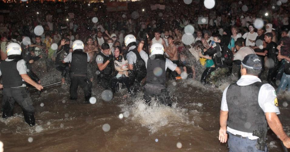 17.jun.2013 - Estudante é preso dentro do espelho d'água durante confronto com a polícia em frente ao Congresso Nacional durante protesto. Após serem contidos por um cordão de isolamento da PM, dezenas de manifestantes conseguiram furar o bloqueio e invadiram a área externa do Congresso Nacional, em Brasília, aos gritos de